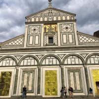 Firenze, le porte di San Miniato avvolte con le coperte termiche dei migranti