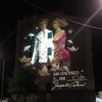Luci e colori sui palazzi, così San Vincenzo rende omaggio a Talani