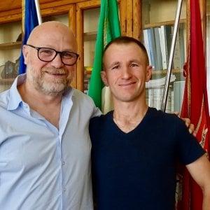Livorno, Nogarin chiede la cittadinanza per l'immigrato eroe