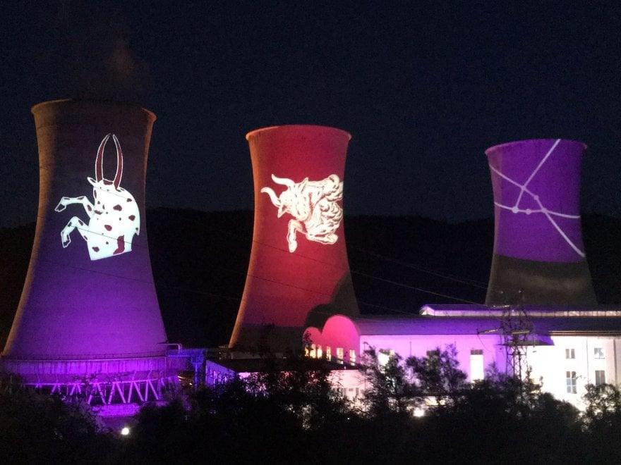 Giochi di luce e di colore: le costellazioni illuminano le quattro torri di Larderello