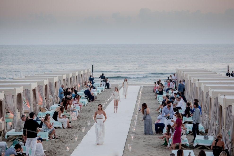 Forte dei Marmi (Lucca), le modelle di Scervino sfilano nel bagno di Bocelli