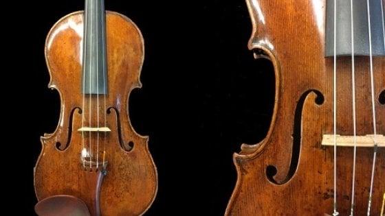 Firenze, l'operaio compra dal rigattiere il violino che vale una fortuna: ma è rubato e lo restituisce