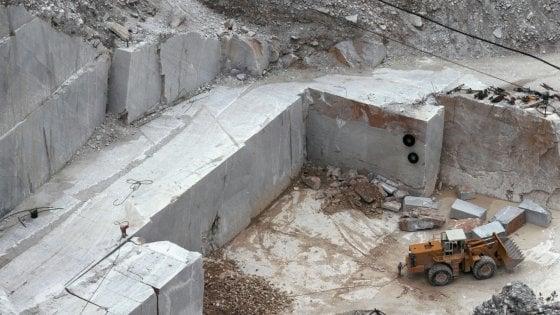 Carrara, travolto da un blocco di marmo muore operaio: aveva un contratto di 6 giorni