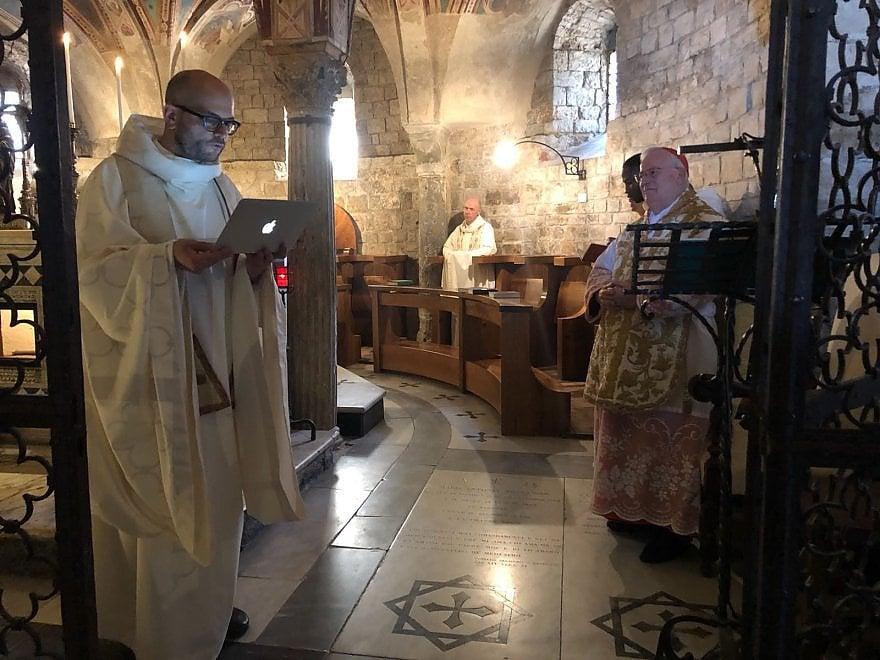 Firenze, il priore di San Miniato dice messa col Mac