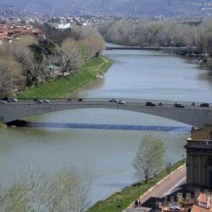 Firenze, anziano di 86 anni si butta in Arno: salvato da un sordomuto