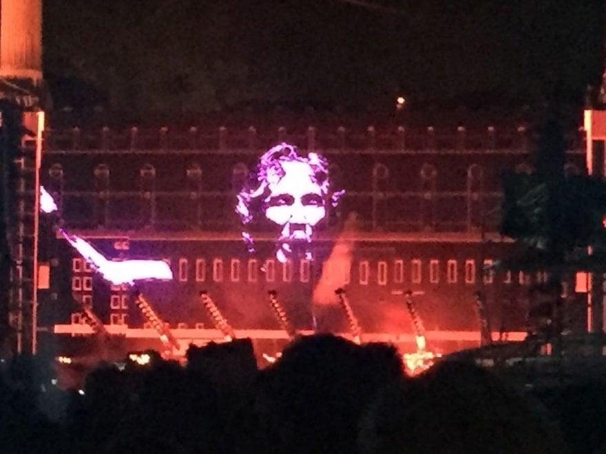 """Roger Waters, musica, migranti e politica in concerto: """"Restiamo umani"""""""