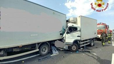 Tamponamento tra due furgoni  sulla Fi-Pi-Li: un morto