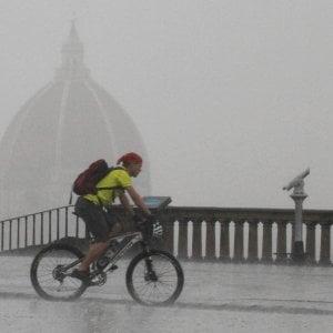 Maltempo, piogge e vento a Firenze. Albero cade su auto nel Pisano