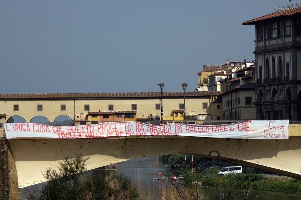Fiorentina, su Ponte alle Grazie spunta lo striscione contro i Della Valle
