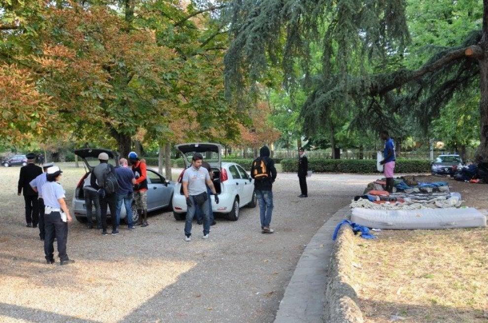 Una tenda, il bivacco e lo spaccio di droga: cosa hanno trovato i carabinieri alle Cascine