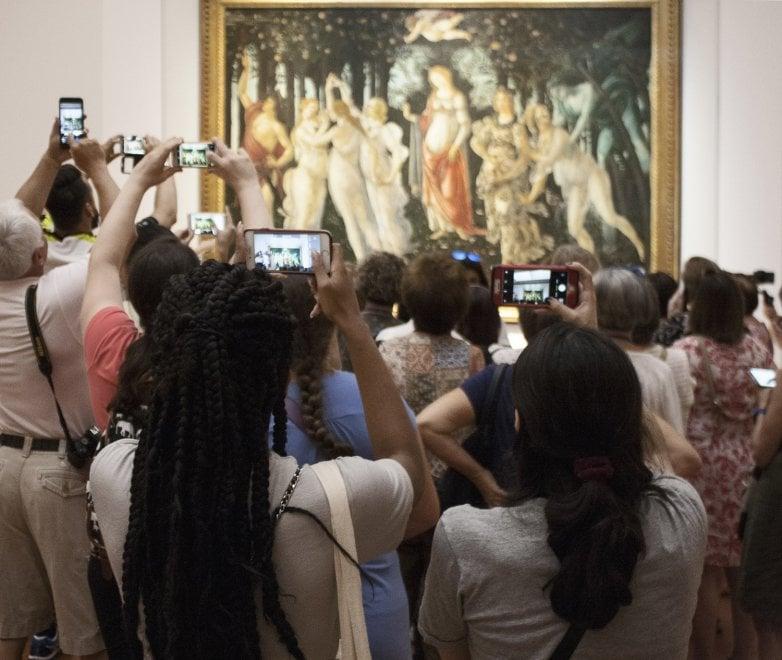 Firenze, selfie con i capolavori. L'arte al tempo dei social in mostra agli Uffizi
