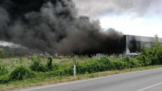Pietrasanta, brucia capannone di materiali plastici: sos in tutta la Versilia