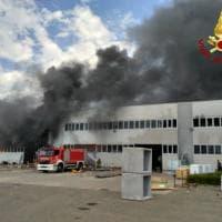 Pietrasanta, brucia capannone di materiali plastici: l'intervento dei vigili del fuoco