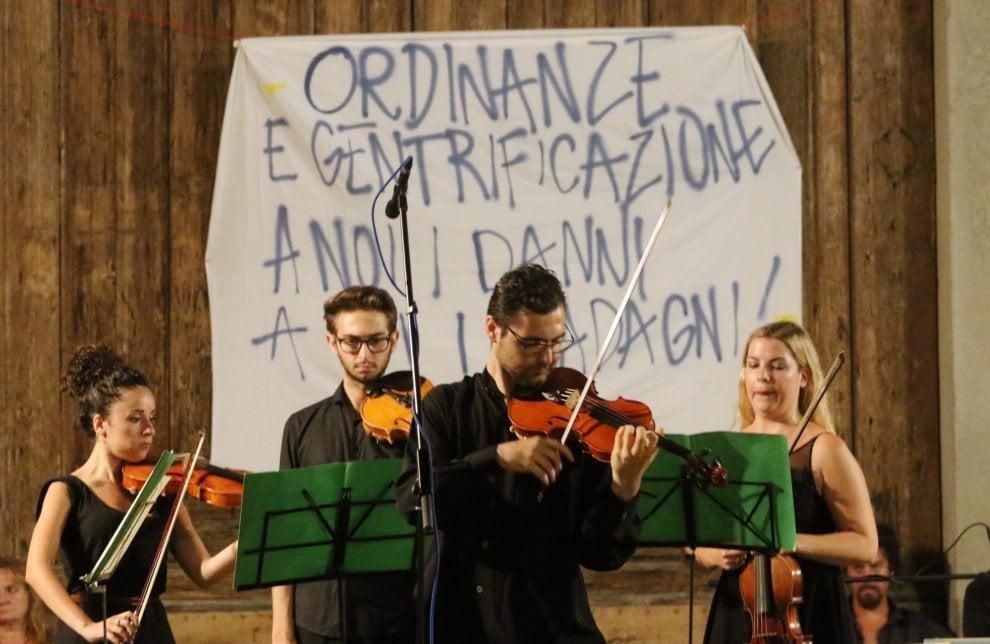 Firenze, sfida a Santo Spirito contro l'ordinanza anti bivacchi ma il concerto non salta