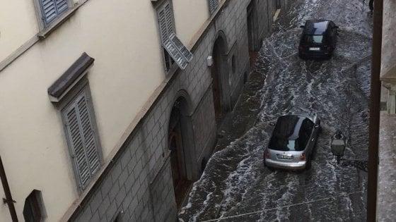 Maltempo, mezz'ora di vento e grandine su Firenze: alberi caduti e allagamenti