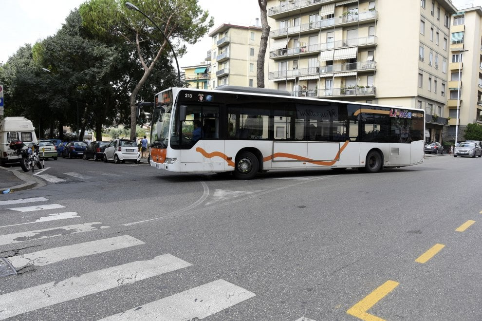 """Firenze, la denuncia del sindacato dei bus: """"Impossibile svoltare in via Cesalpino, si rischiano incidenti"""""""