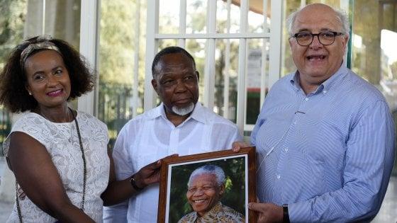 """Firenze, l'ex presidente del Sudafrica visita la cella di Mandela: """"Chi propone razzismo va isolato"""""""