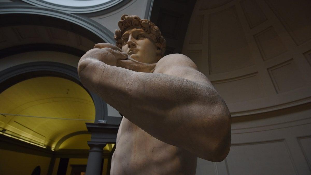 Si suda sotto il David di Michelangelo, quasi una sauna