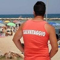 Pisa, in 200 si tuffano senza saper nuotare: catena umana per salvarli