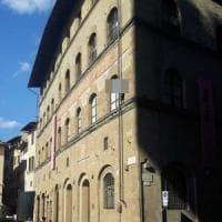 Firenze, sale sul cornicione di un palazzo in piazza della Signoria e minaccia