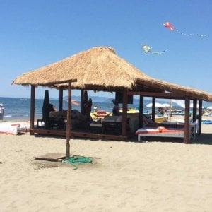 """Versilia, polemiche per la """"pagoda"""" in riva al mar"""