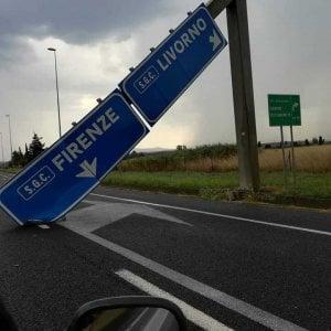 Cade cartello sulla superstrada Firenze-Pisa-Livorno: auto sfiorate
