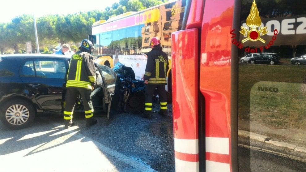 Livorno, scontro tra auto e bus: sei feriti
