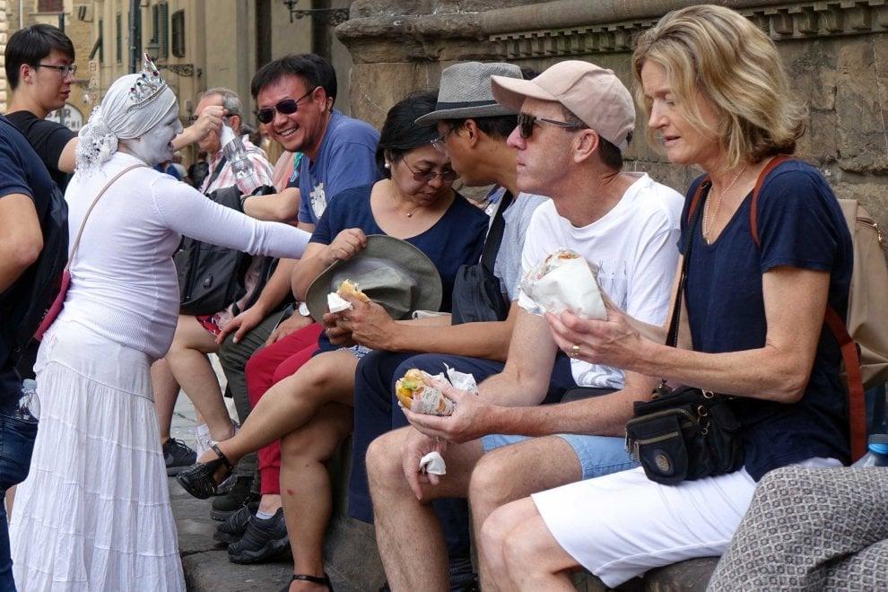 Firenze, dopo l'ordinanza: i controlli e l'esodo dei turisti col panino