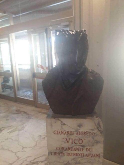Massa, il busto del partigiano incappucciato con un sacco nero