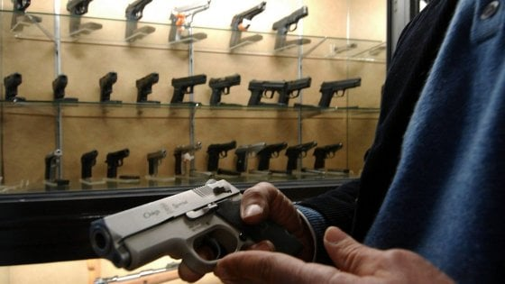 Firenze, spara colpi fucile in casa, prefetta gli vieta detenere armi