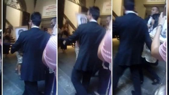 Marina Abramovic aggredita a Firenze: colpita con una tela in testa da sedicente artista