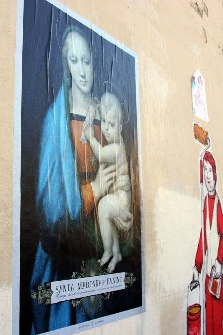 """Firenze, sul muro la """"Madonna del panino"""": la protesta anti-ordinanza"""