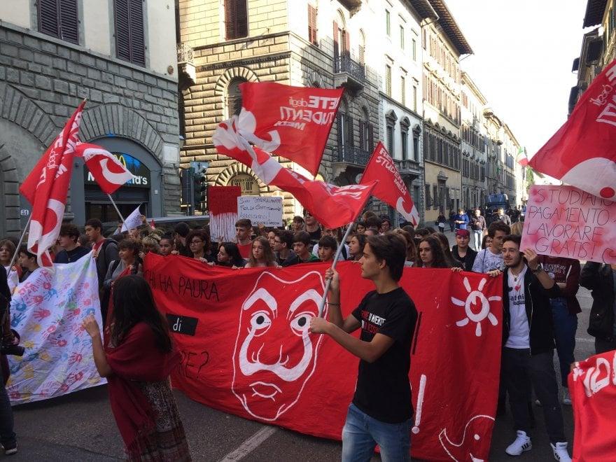 """Firenze, studenti in piazza: """"Sì alle scuole sicure, no a telecamere e cani antidroga"""""""