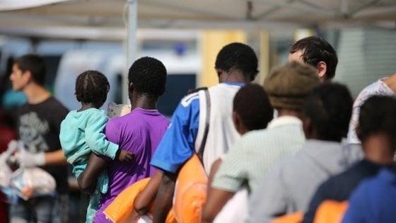"""Firenze, la denuncia della Cgil: """"I migranti ospiti dei centri di accoglienza non potranno uscire la sera"""""""