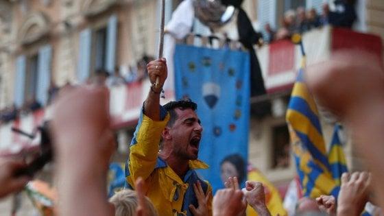 Palio straordinario di Siena la Tartuca vince con il cavallo senza fantino