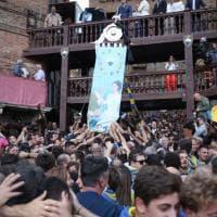 Palio straordinario di Siena, la Tartuca vince con il cavallo senza fantino