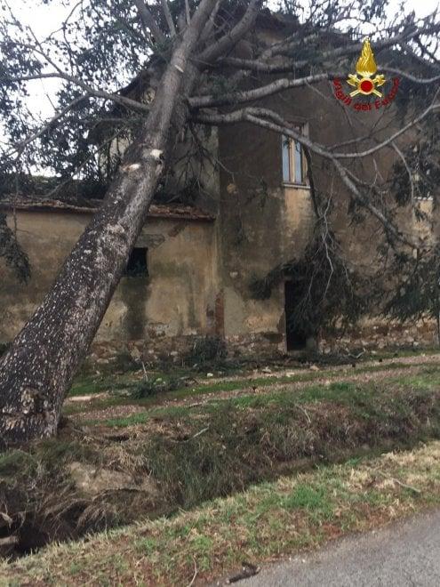 Maltempo, pioggia e allagamenti: chiuse le scuole in molte località della costa in Toscana