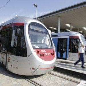 Scandicci, attraversa i binari della tramvia in bici: travolto