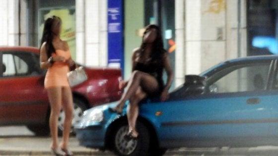 Riti magici per obbligare le donne a prostituirsi: due fermi