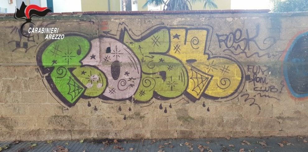 Arezzo, droga nascosta in un murales del parco: due arresti