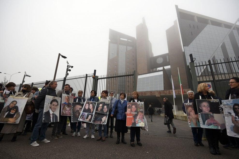 Strage di Viareggio, al via il processo d'appello. I familiari delle vittime davanti al tribunale di Firenze
