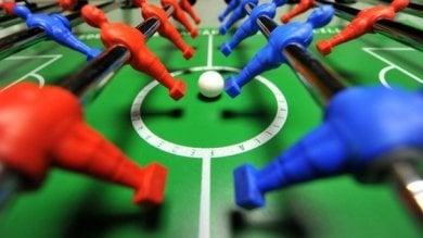 Lucca, la partita a calcio balilla finisce male: spara a salve e poi investe l'avversario