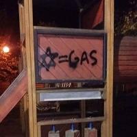 Scritte antisemite sullo scivolo dei bimbi in un parco di Bientina