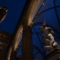 Firenze, la Loggia dei Lanzi e l'Istituto degli Innocenti si tingono di blu per la giornata mondiale dell'infanzia