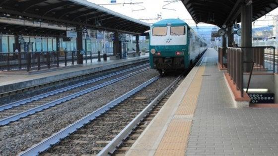 Pontedera, sola e incinta si lancia sotto un treno: morta a 18 anni