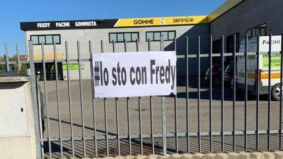 Arezzo, uccide ladro nella sua azienda: indagato per eccesso legittima difesa. Gli amici lo applaudono