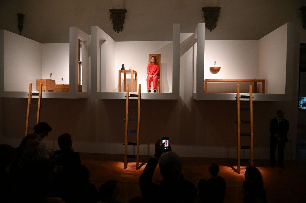 Firenze, 12 giorni sotto gli occhi del pubblico: a Palazzo Strozzi si replica una performance di Marina Abramovic