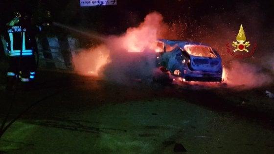 Grosseto, in auto contro il muro, la vettura si incendia: due giovani ustionati