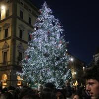 Firenze, si illumina il grande abete di piazza Duomo