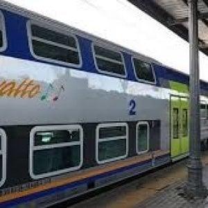 """Treni, il viaggio del regionale si allunga e l'assessore scrive a Ferrovie: """"Non siamo stati informati"""""""